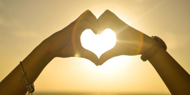 Coeur avec coucher de soleil